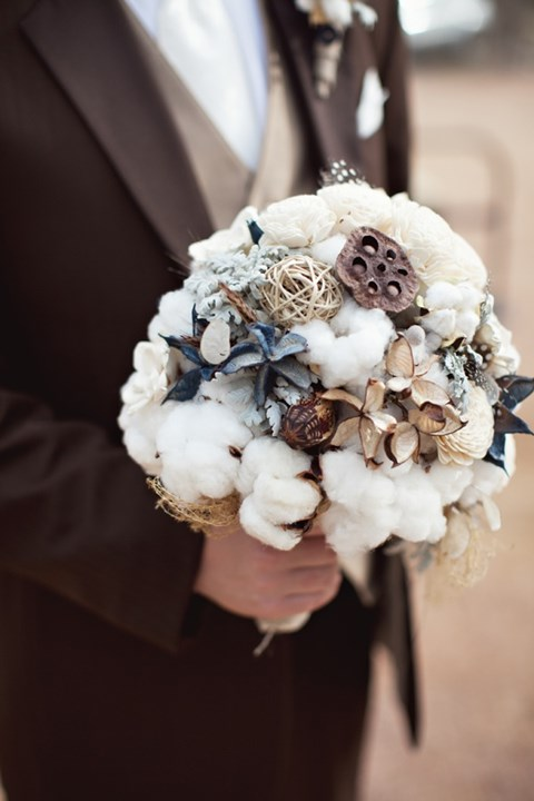 unique-and-beautiful-winter-wedding-bouquets-youll-love-11