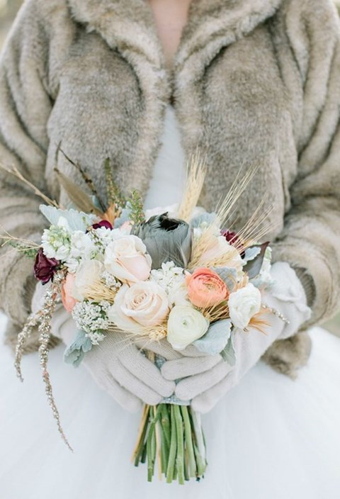 unique-and-beautiful-winter-wedding-bouquets-youll-love-111