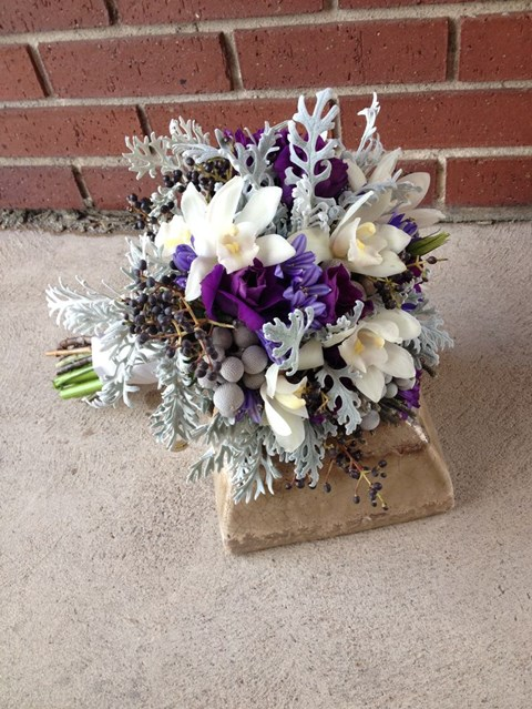 unique-and-beautiful-winter-wedding-bouquets-youll-love-12