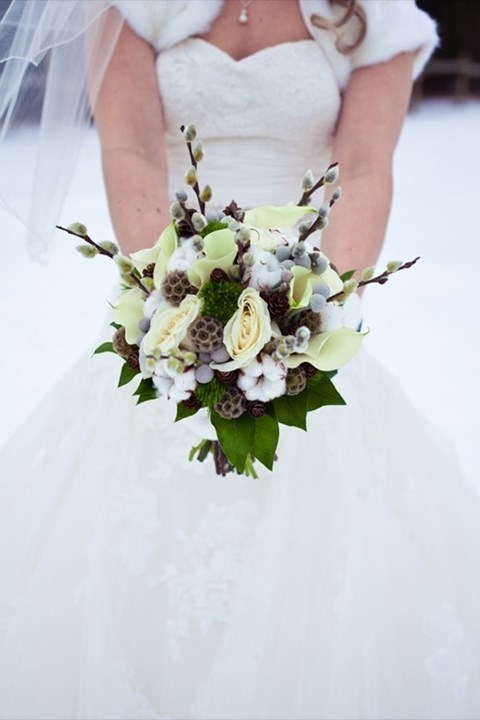 unique-and-beautiful-winter-wedding-bouquets-youll-love-13