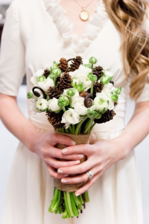 unique-and-beautiful-winter-wedding-bouquets-youll-love-17