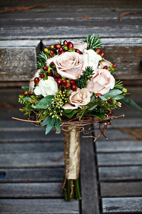 unique-and-beautiful-winter-wedding-bouquets-youll-love-23