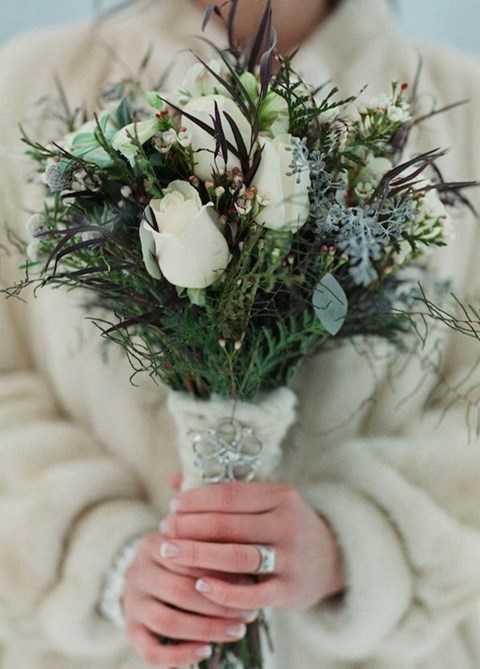 unique-and-beautiful-winter-wedding-bouquets-youll-love-26