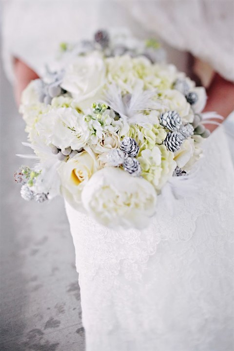 unique-and-beautiful-winter-wedding-bouquets-youll-love-27