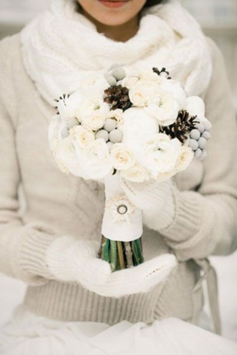 unique-and-beautiful-winter-wedding-bouquets-youll-love-3