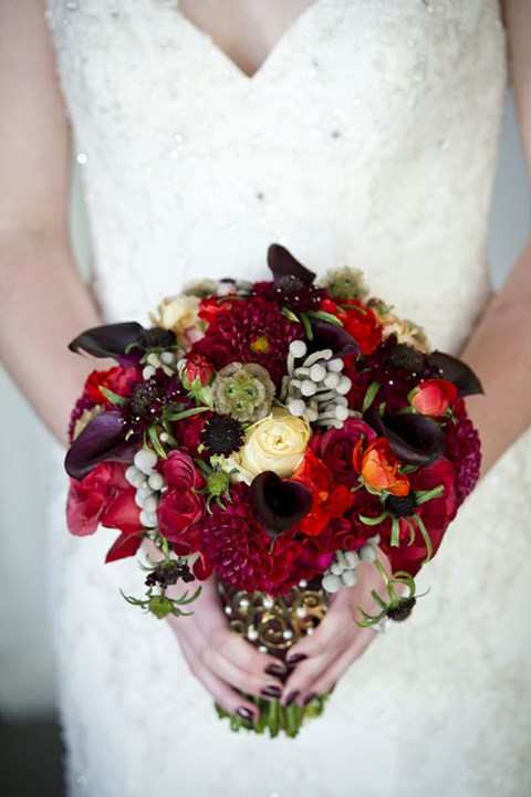 unique-and-beautiful-winter-wedding-bouquets-youll-love-31