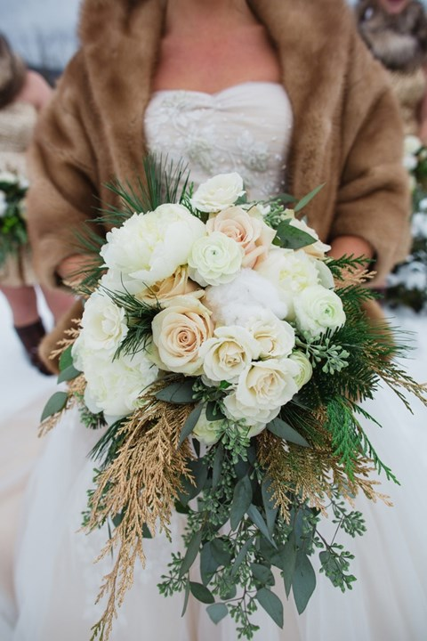 unique-and-beautiful-winter-wedding-bouquets-youll-love-34
