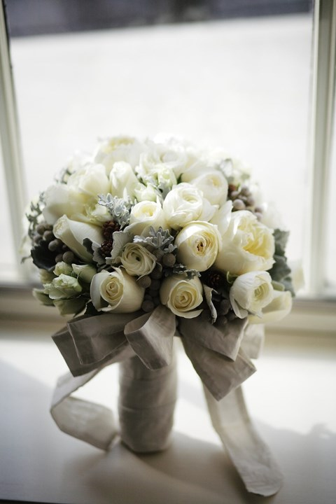 unique-and-beautiful-winter-wedding-bouquets-youll-love-44