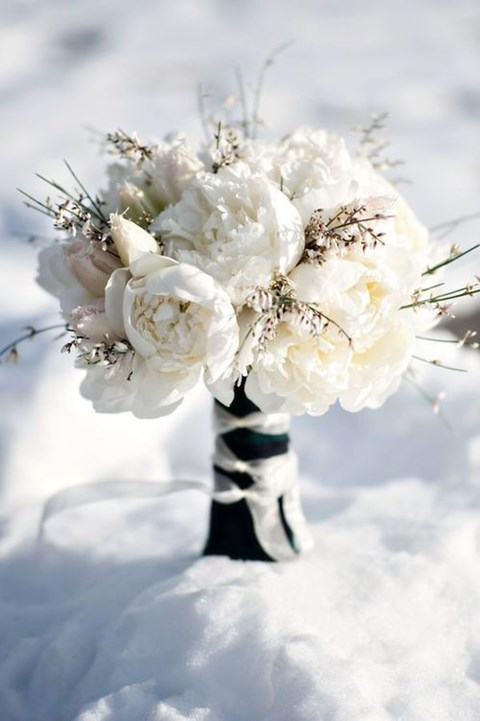 unique-and-beautiful-winter-wedding-bouquets-youll-love-45