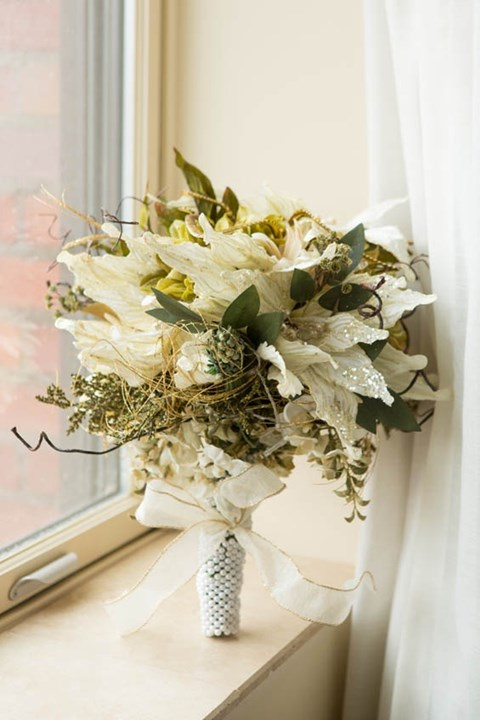 unique-and-beautiful-winter-wedding-bouquets-youll-love-49