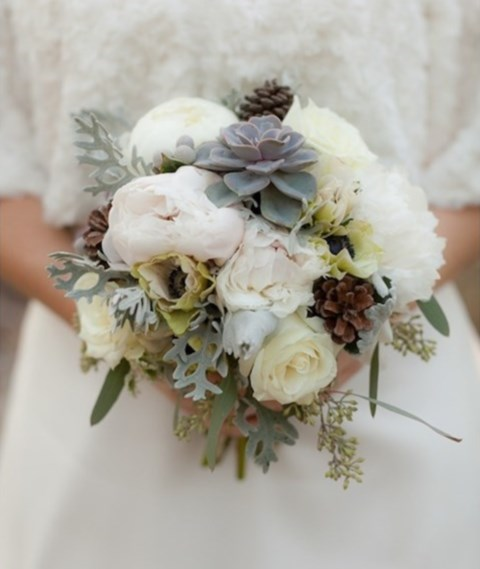 unique-and-beautiful-winter-wedding-bouquets-youll-love-72
