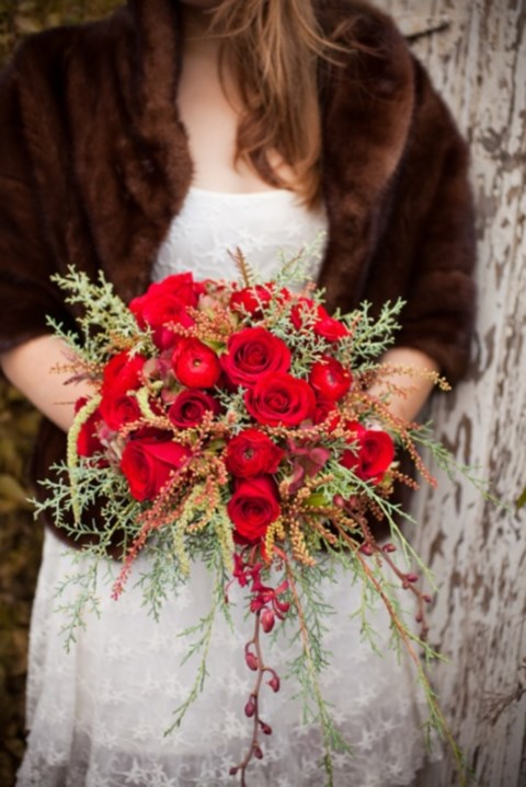 unique-and-beautiful-winter-wedding-bouquets-youll-love-76