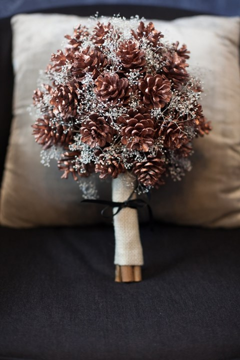 unique-and-beautiful-winter-wedding-bouquets-youll-love-77