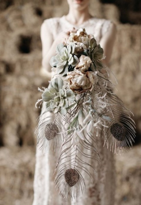 unique-and-beautiful-winter-wedding-bouquets-youll-love-8