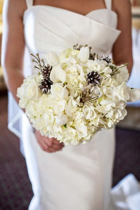 unique-and-beautiful-winter-wedding-bouquets-youll-love-86