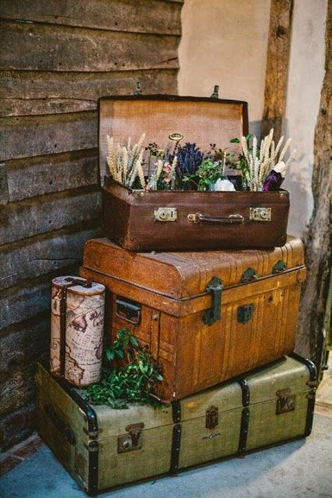 40 ways to use vintage suitcases in your wedding decor for Decoration usine vintage