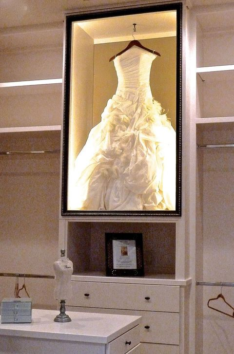 30 ways to display your wedding dress and accessories for Wedding dresses for small frames