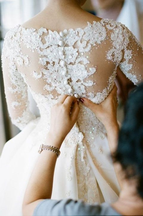 29 Must Have Photos Of Your Wedding Dress
