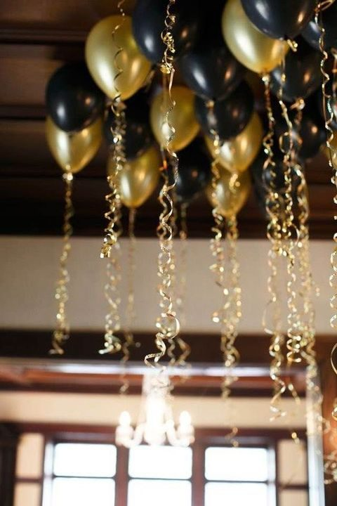 black and gold balloons are ideal for New Year decor