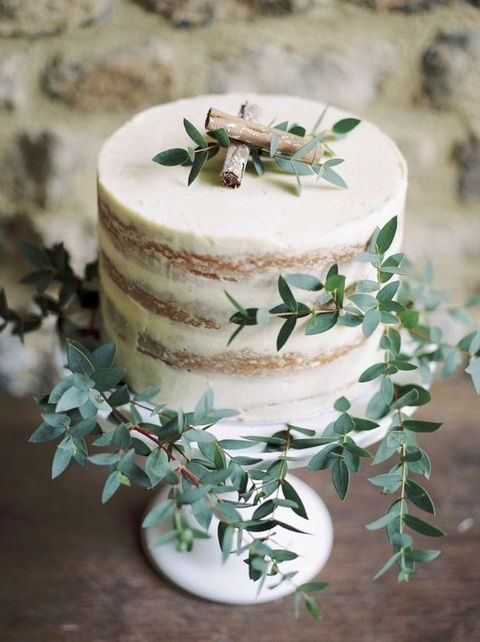 rustic one-tier wedding cake with cinnamon and leaves