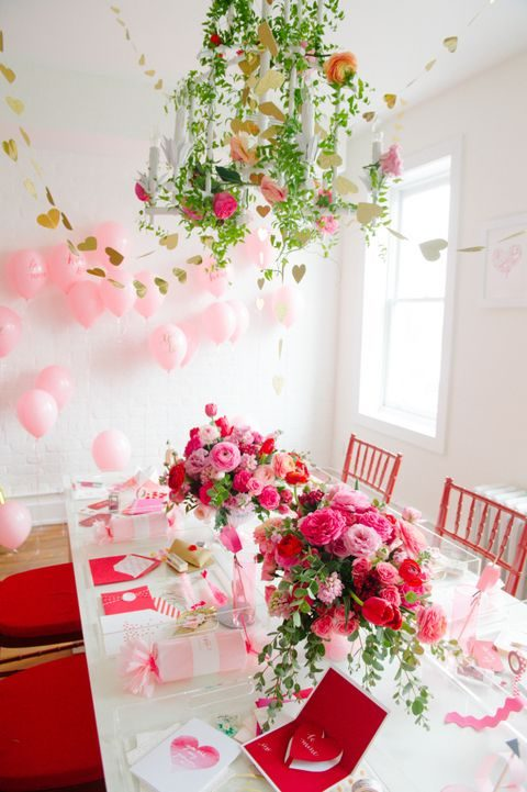 balloons, gold hearts and pink flowers create an ambience
