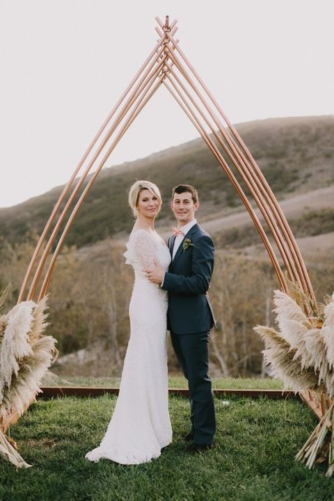 copper and pampas wedding arch is a very chic solution