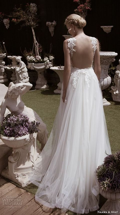 lace bodice and a flowy tulle skirt for a refined bride