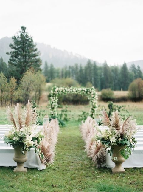pampas in urns and to line up the aisle