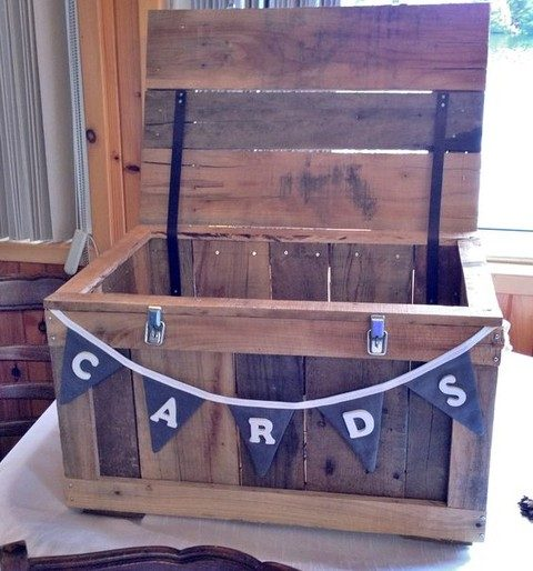pallet card bow tith a fabric banner