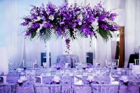 Pantones 2018 color 30 ultra violet wedding ideas happywedd a lavender tablecloth a tall floral centerpiece with violet and white blooms junglespirit Images