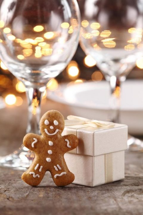 gingerbread cookies in individual boxes are ideal for Christmas weddings