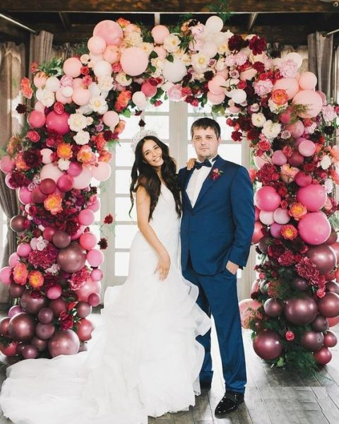 a gorgeous ombre pink to plum balloon and floral arch