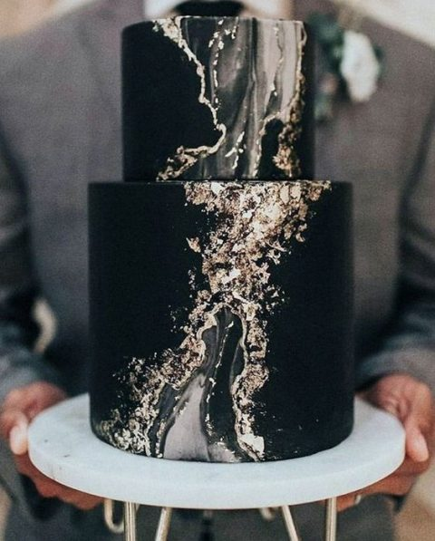a black agate wedding cake with gold touches is a very trendy option with much elegance