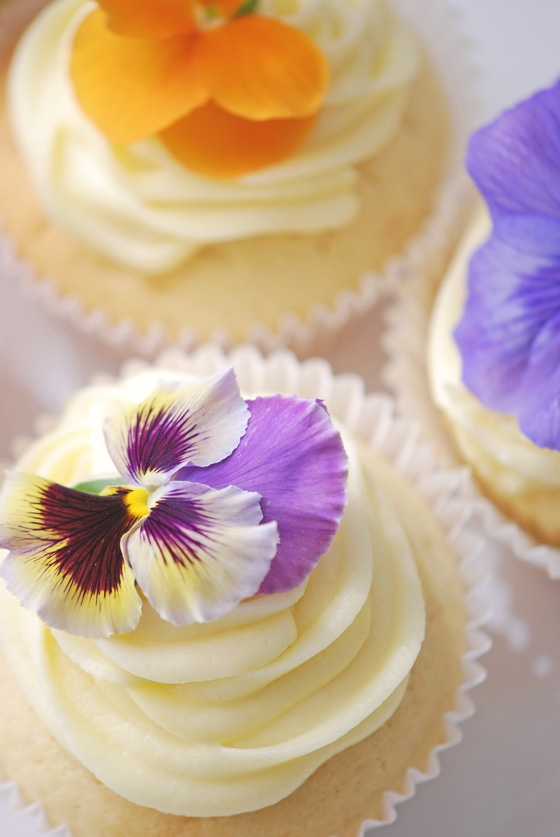48 Delicious Edible Flowers Ideas For Your Wedding