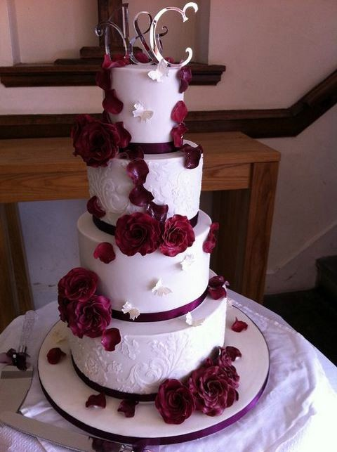 burgundy black and white wedding cake 69 dramatic burgundy wedding ideas happywedd 12234