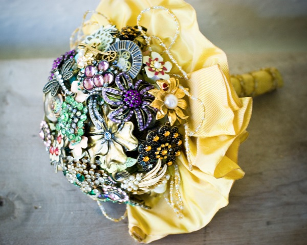 13 DIY Brooch Wedding Bouquets That You Can Make